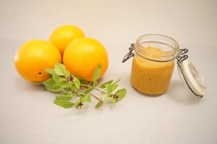 Recette : Confiture Paléo à l'Orange - Paléo Régime  -  4 oranges de taille moyenne 4 càs de miel 1 càc de cannelle -------- Couper les oranges en deux Séparer la peau de la chair des oranges Couper en petits morceaux l'équivalent de l'écorce d'une orange Faire bouillir le tout pendant 20 minutes en y ajoutant la cannelle
