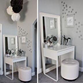 Me encanta este tocador de maquillaje para el dormitorio - simple y pequeño y no ocupa espacio en nuestro pequeño cuarto de baño