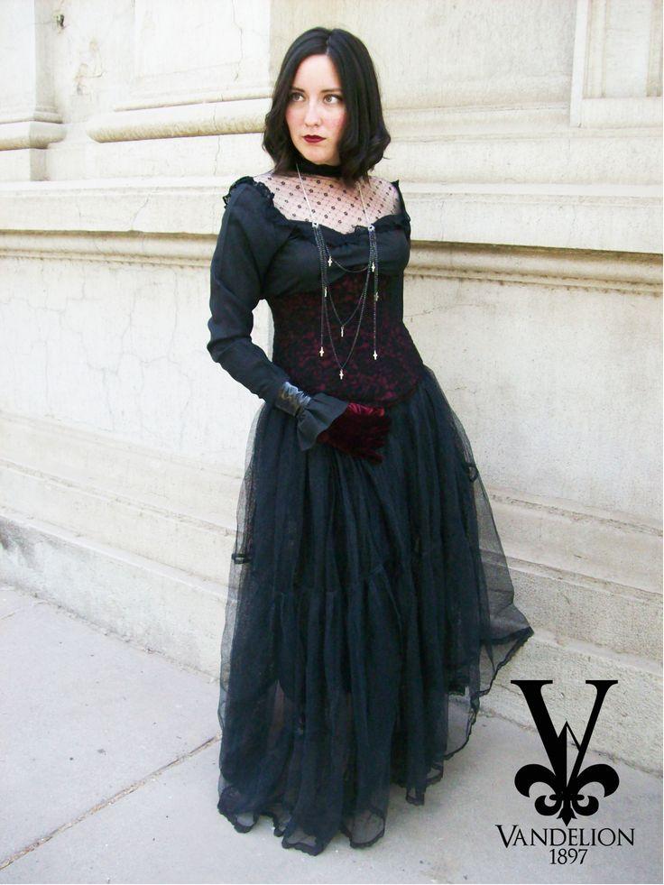Shirt, necklace, underbust, skirt and wristband by Vandelion 1897 Model: Mariana Gutierrez