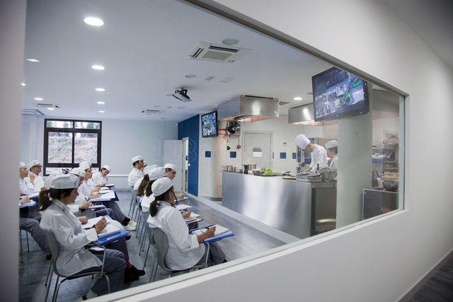 Escuela de Cocina y Pastelería Le Cordon Bleu Madrid, foto: subida por Escuela de Cocina y Pastelería Le Cordon Bleu M... el 26 de septiembre de 2012 - Una de las aulas de demostración de Le Cordon Bleu Madrid.