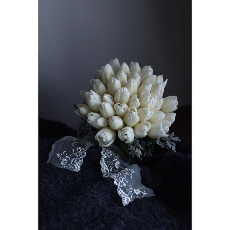 春の花嫁の特権 行ってきます  #BOTANISKEY #花屋 #花 #flower #チューリップ #ホワイトマーベル #ダスティミラー #turip #bouquet #ブーケ #クラッチブーケ #シンプル #wedding #ウェディング #レース #kinfolk #white #navy #gray #graydays #happywedding #simple #race by botaniskey