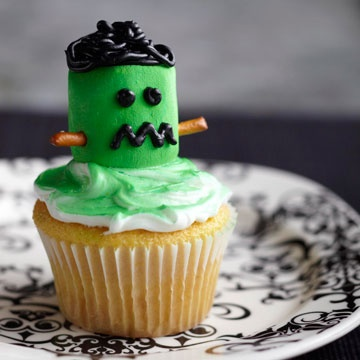 Halloween    This is a very cute idea!: Marshmallows Cupcakes, Halloween Parties, Cupcakes Ideas, Marshmallows Frankenstein, Halloween Cupcakes, Frankenstein Cupcakes, Monsters Cupcakes, Halloween Treats, Cupcakes Rosa-Choqu