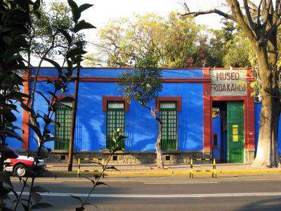 Museo Frida Kahlo:  La Casa Azul fue convertida en museo en 1958, cuatro años después de la muerte de la pintora  El padre de Frida, Guillermo Kahlo, construyó la casona que data de 1904, un patio central con los cuartos rodeándolo y el exterior que era totalmente afrancesado; En ese entonces no era un lugar de grandes dimensiones, hoy tiene una construcción de 800 m2 y un terreno de 1200 m2: Museo Frida, Home, Favorite Places, Mexico City, Blue House, Blue House, De Frida, Frida Khalo, Frida Kahlo