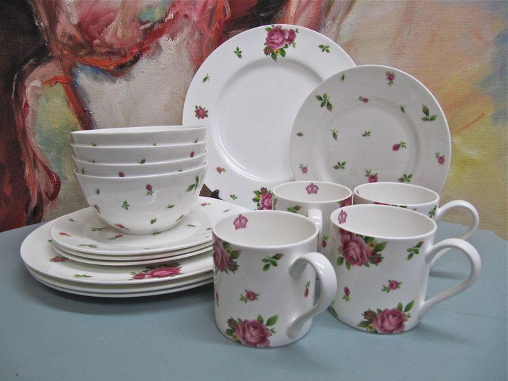 Royal Albert: New Country Roses:  Een prachtig nieuw ontbijt/thee servies, bestaande uit 16 delen: 4 diepe kommen, 4 ontbijtborden, 4 grote borden, 4 mokken, alles in fel-roze doos, niet gebruikt. €79,95