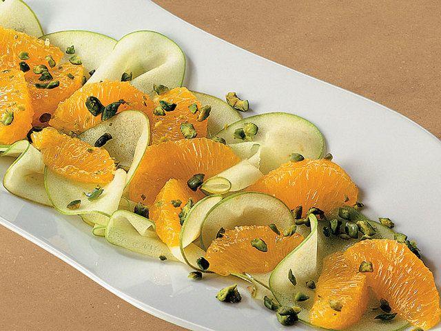Fıstık ve Dilimlenmiş Elma ile Portakal Salatası  Fırını 325 derecede ısıtın. Fıstıkları pişirme kağıdının üzerine yayın. Fıstıklar altın rengini alana kadar yaklaşık 5 dakika kadar pişirin ve soğumaya bırakın. Bu esnada orta boy bir sos kabında 1 3/4 bardak su kaynatın. İçine şeker, tarçın çubukları, biberler ve anason tohumlarını ekleyin; şeker çözülene kadar yaklaşık…