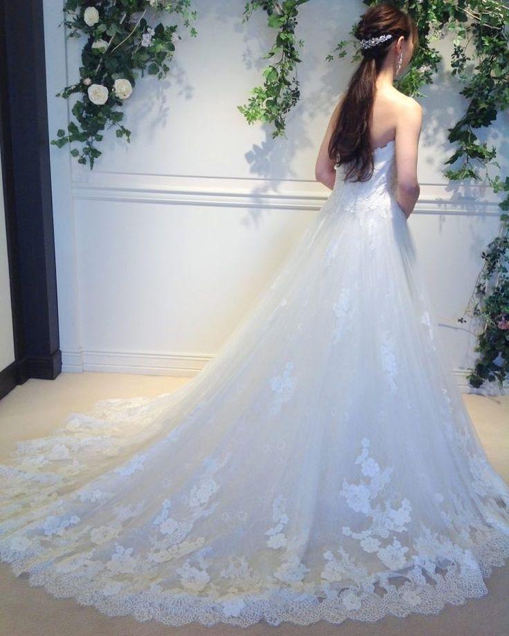 上品なレースが印象的なENZOANI(エンゾアニ)のウエディングドレス ボリュームは広がりすぎない控えめなAラインで柔らかく上品な印象に ナチュラルウエディングをイメージされている花嫁様にぜひおすすめしたい1着です 提携外の結婚式場へのお貸し出しも可能です 結婚式場が決定していない方も着たいドレスから会場を選ぶ相談も承っています DRESS:03-8971 HEAD ACCESSORY:05-6087 EARRINGS:07-8641 <お問い合わせ> dresses@dressthelife.jp 0120-791-249 その他のコーディネートはTOPのURLよりご覧ください #FioreBianca#フィオーレビアンカ#エンゾアニ#結婚式#プレ花嫁#ドレス迷子#熊本#福岡#東京#日本中のプレ花嫁さんと繋がりたい#卒花嫁 #卒花 #披露宴 #関西花嫁 #福岡花嫁 #大阪花嫁 #関東花嫁 #横浜花嫁 #熊本花嫁 #福岡プレ花嫁 #2017秋婚 #2017冬婚 #2018春婚 #2018夏婚 #可愛い#ENZOANI#Aライン#チュール#ウェディングドレス