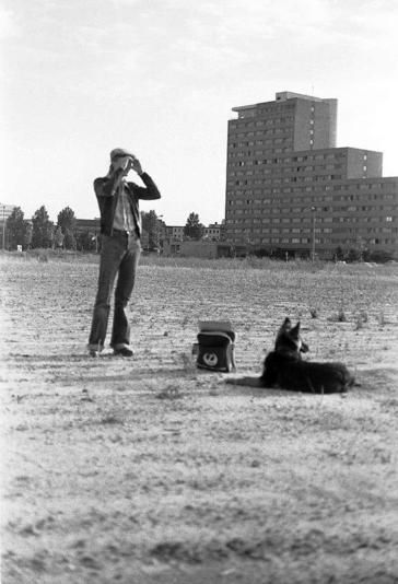 David Bowie mit Hund Etzel, 1977 in Berlin. Foto: The David Bowie Archive/Coco Schwab