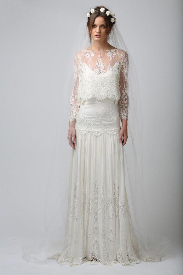 Foto 9 de 12 Romántico estilismo de novia con cropped top de encaje combinado con falda larga con corte a la | HISPABODAS