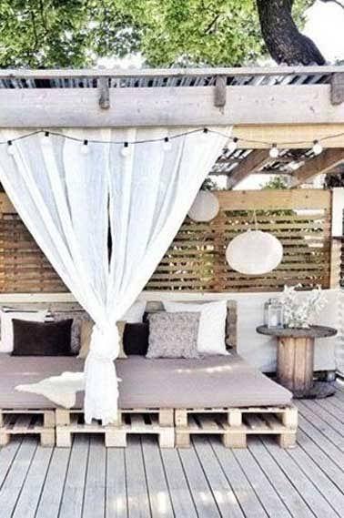 Envie de fabriquer un salon de jardin en palette ? Pas mal comme idée déco les palettes bois pour avoir une table basse, une banquette de jardin originale, personnalisée et à petit prix ! Un salonde jardin en palette qui peut se faire avec des palettes de récup ou achetées pour l'occasion qu'impor
