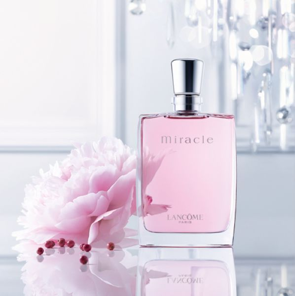 Lancome miracle perfume, showing the beauty of the world, so that you in the ordinary life to create a miracle. She believes in the power of life, trusting intuition, and being faithful to her emotions. This is a gentle, feminine fragrance. Floral and spicy harmonious distribution, freesia and litchi floral, fresh and delicate, allowing users to exude a charming feminine.