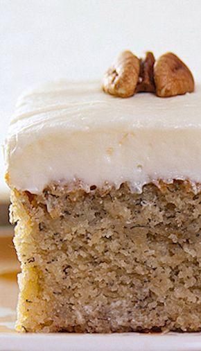 Banana Cake with Cream Cheese Frostingç NGREDIENTES Para el pastel: 1½ tazas de plátanos, puré, maduro 2 cucharaditas de jugo de limón 3 tazas de harina 1½ cucharaditas de bicarbonato de sodio ¼ de cucharadita de sal ¾ taza de mantequilla, suavizada 2 tazas de azúcar 3 huevos grandes 2 cucharaditas de vainilla 1½ tazas de suero de mantequilla Para el helado: ½ taza de mantequilla, blanda 1 paquete (8 onzas) de queso crema, reblandecido 1 cucharadita de vainilla 3½ tazas de azúcar de…