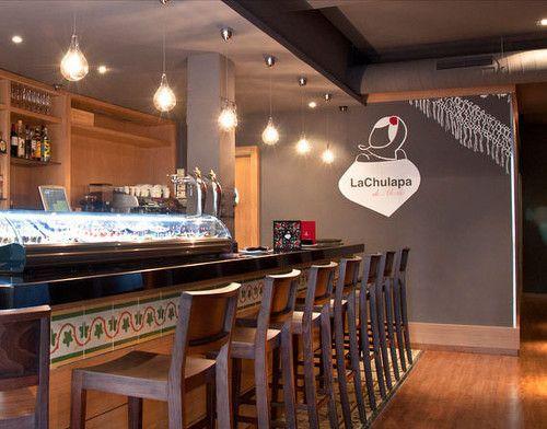 Diseño vinilo con la marca en negativo en el interior del restaurante