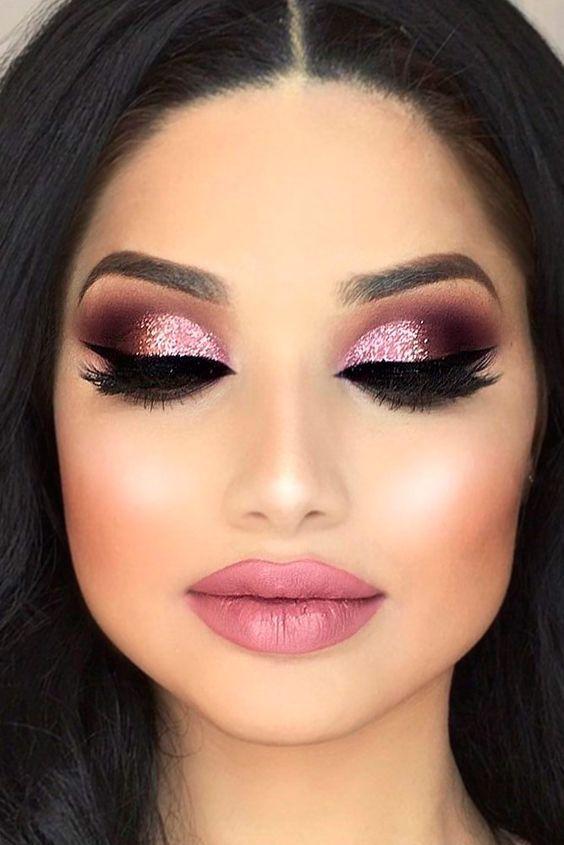 Este #SanValentín conquista a ese ser especial con este #Maquillaje en tonos rosas. #MaquillajeParaSanValentín #MaquillajeEnTonosRosas #14deFebrero #MaquillajeRosa