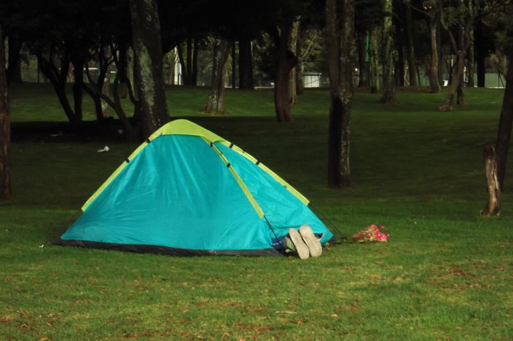 Desde el 2011 se prohibió acampar dentro del parque Simón Bolívar debido a que distintas parejas utilizaban las carpas para tener relaciones sexuales. Esta decisión fue tomada por el Instituto de Recreación y Deporte (IDRD), sin embargo, la sanción es mínima: una amonestación en privado y la órden de retirarse del lugar. http://www.caracol.com.co/noticias/bogota/a-partir-de-hoy-estan-prohibidas-las-carpas-en-el-parque-simon-bolivar-de-bogota/20111212/nota/1591217.aspx