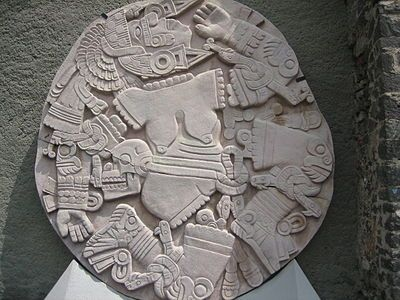 Диск с изображением расчлененной Койольшауки, Койольшауки (исп. Coyolxauhqui — «Золотые колокольчики») — в мифологии ацтеков богиня Луны и (по некоторым версиям) Млечного пути. Изображалась с золотыми колокольчиками, или шарами, на щеках. Старшая дочь богини Коатликуэ, которую та родила от обсидианового ножа, и сестра 400 богов южного звёздного неба Сенцонуицнауа. Владеет магической силой, способной нанести колоссальный вред.