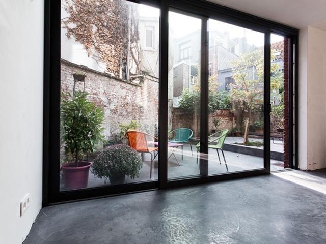 Rijwoning • zwart raamprofiel • schuifraam • betonvloer • nieuwbouw • Architecte: Katrijn Van Roey