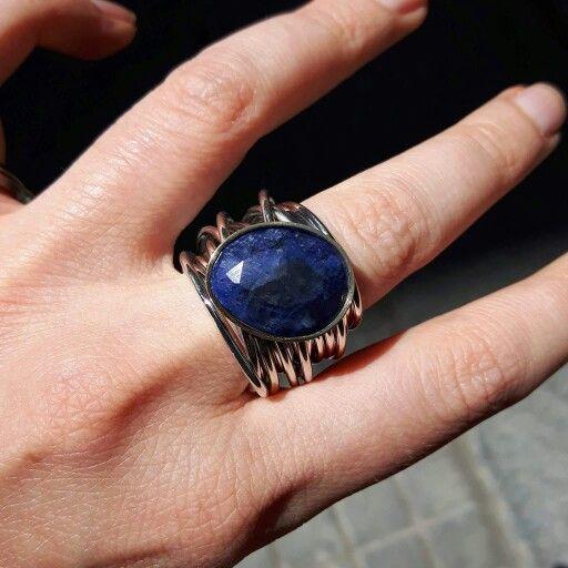 Anillo en plata y oro con sodalita azul.  Más info whatsapp 630952721