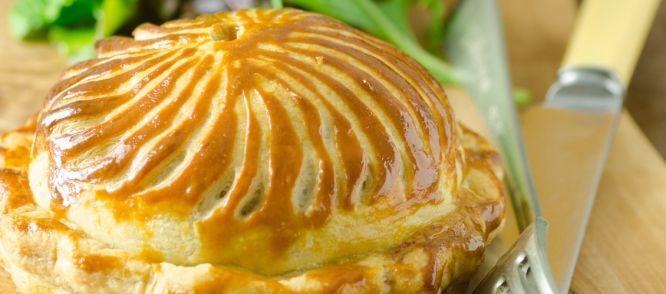 Dit hartige taartje wordt ook wel pithivier genoemd: een Franse taart van bladerdeeg met een spiraaldecoratie. Een pithivier kan zowel met een hartige of zoete...