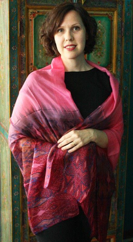 Scialle indiano in seta pura stampata rosa http://diwalistore.it/sciarpe-e-borse/sciarpe-e-stole-in-seta/scialle-in-seta-pura-rosa.html