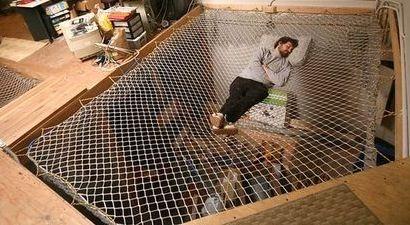 Juste à droite il y a un lit hamac. Il est dessus de l'espace de studio. Il pourrait également être utilisé pour effrayer les gens en dessous.