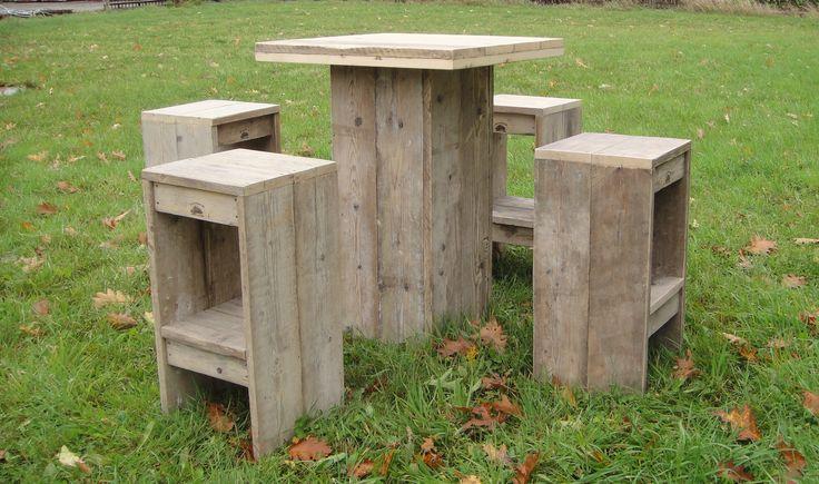 Barset van oud steigerhout. 1 bartafel en 4 barkrukken.