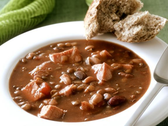 Bohnen-Schinken-Suppe mit Brot ist ein Rezept mit frischen Zutaten aus der Kategorie Gemüsesuppe. Probieren Sie dieses und weitere Rezepte von EAT SMARTER!