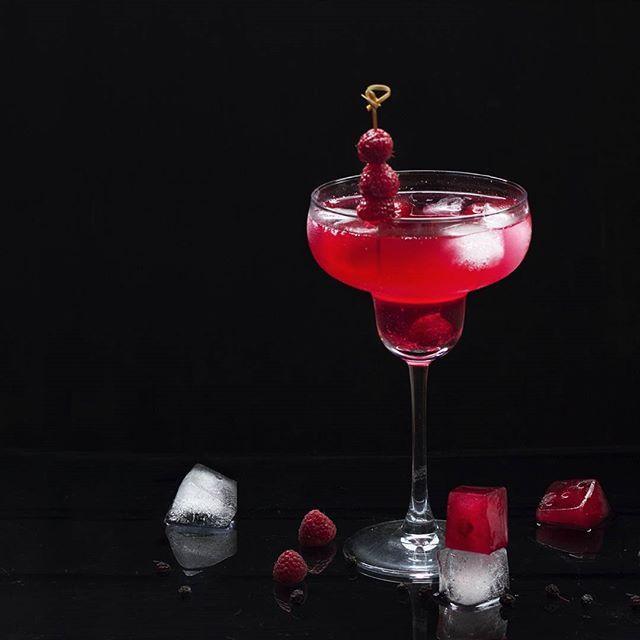 Raspberry and lychee wine punch ---- Заметила что каждый год вкусовые пристрастия летом абсолютно разные. В прошлом году чуть-ли не каждый день ела шелковицу в этом году хочется малины и дынь...только лишь арбузы не отпускают никогда А этот малиновый пунш с маврикийским вином из личи сделан специально для #марафоннапитков от @russianfoodieproject @rainbowkitchenru by smilingsunray