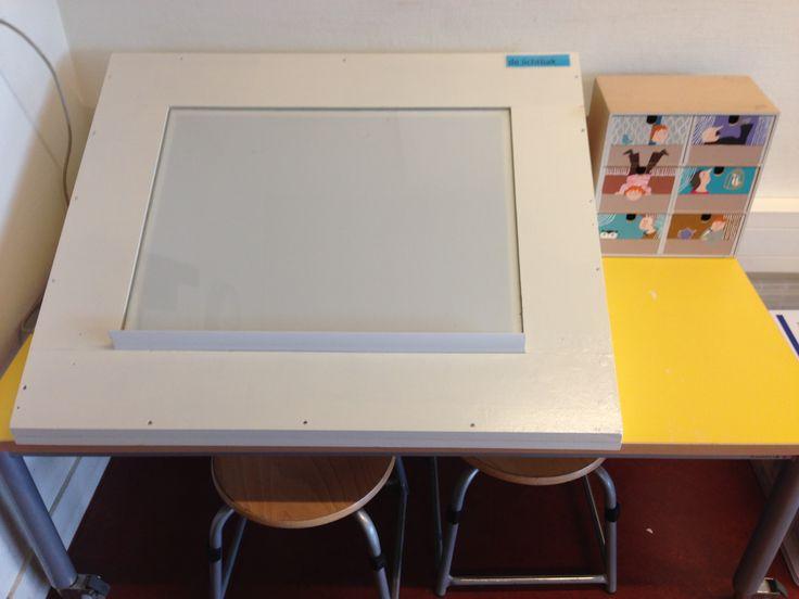 Met een lichtbak in de klas kun je heel veel leuks doen. Zoals: vloeipapiertjes over elkaar heen leggen om kleuren te mengen, schrijven in zand (het licht komt er dan doorheen) of schrijfpatronen overtrekken.