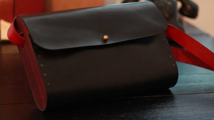 Ahşap-Deri el yapımı Hakiki Deri Çanta. #wooden #wood #ahşap #ahsapservis #ahşapservis #board #steakboard #design #handmade #oak #meat #servingtray #tray #bag #leatherbag #deriçanta #deri #dericanta #elyapimi