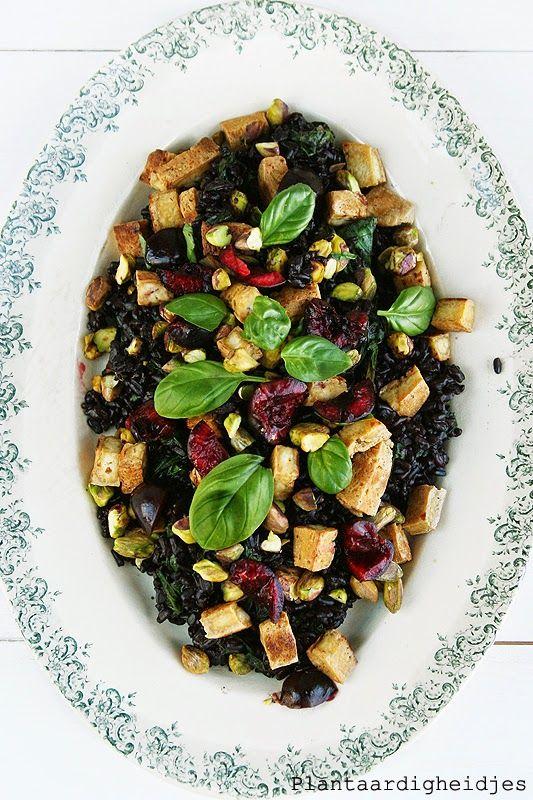 Plantaardigheidjes: Zwarte rijst salade met tofu, bladgroen en kersendressing