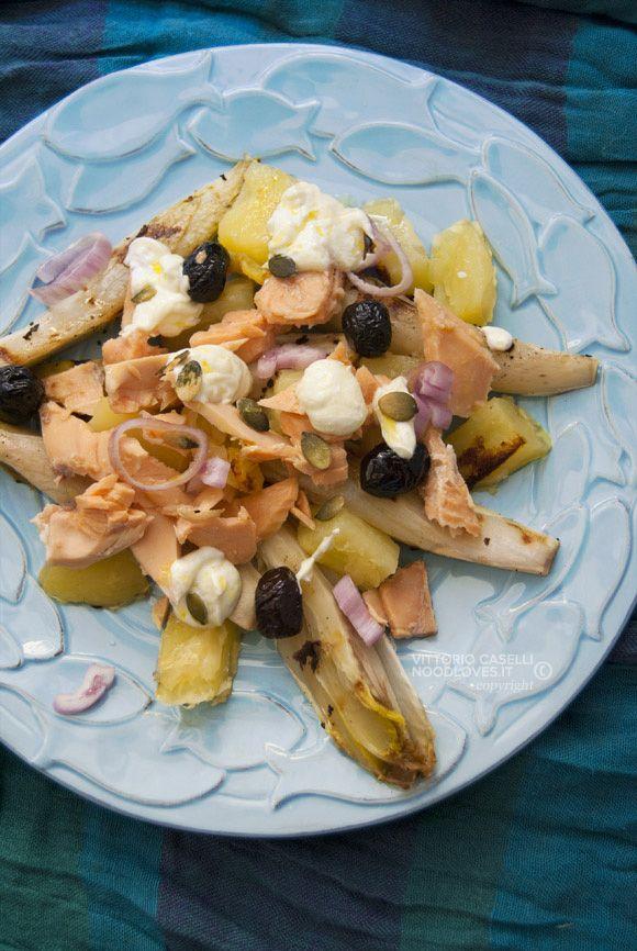 Insalata di patate e salmone, con yogurt greco e tante bontà Da servire tiepida o fredda, per un pranzo insolito all'insegna della leggerezza!  La ricetta su http://noodloves.it/insalata-di-patate-e-salmone/  #Insalata #Patate #Salmone #Indivia #Yogurt #Piastra #Brace #Pranzo #Fresco #Ricetta #SoloCoseBelle #SoloCoseBuone #Gnam #Yum #Verdure #Saporita #PiattoUnico