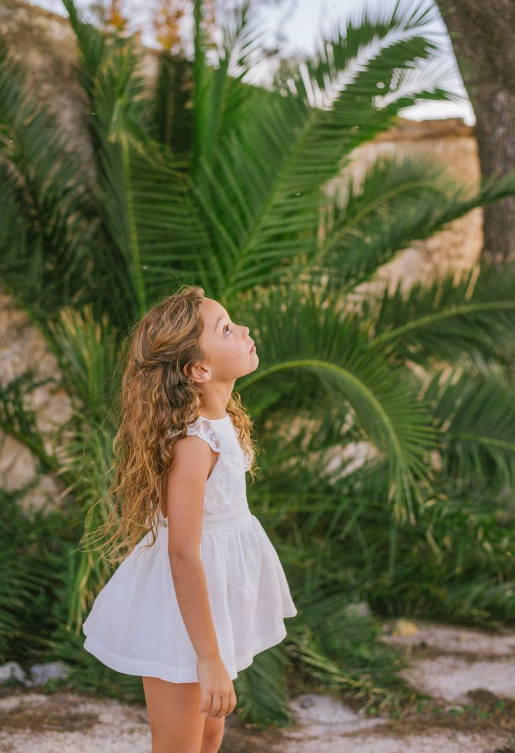 Vestido de lino en blanco roto con tirantes cruzados de encaje. Plumeti Rain. Colección SS16 www.fashionbabyplace.es