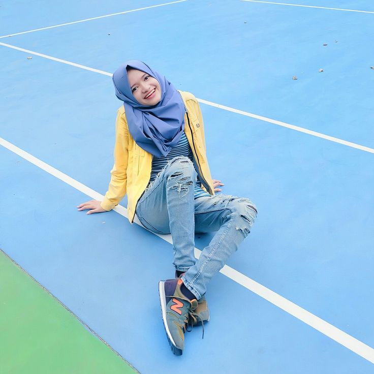 Sporty day! Even thou I don't do tennis but I love to tak pics in this courtyard :3 new balance shoes, yellow jacket and ripped jeans, and grey hijab kinda day !