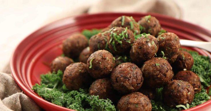 Byt ut köttbullarna mot Siris lakto-ovo-vegetariska köttbullar för ett grönare julbord. Hasselnötter, svarta bönor och senap sätter smaken.