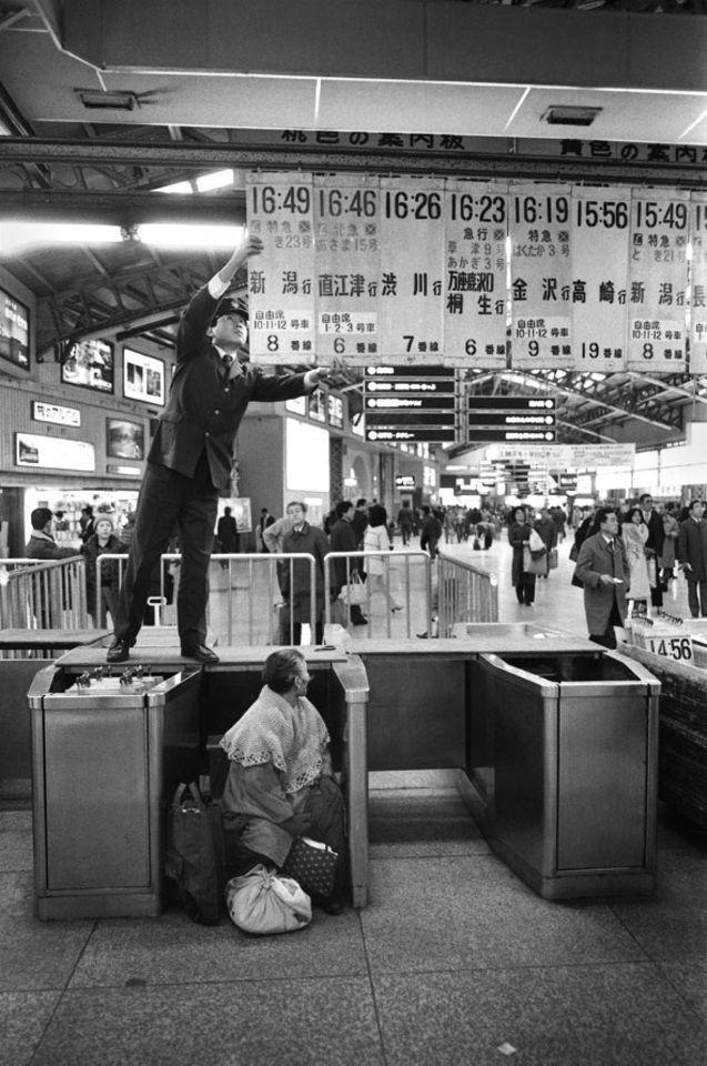 Seiichi Motohashi :: Ueno Station. c.1980s. 上野駅の幕間 / 本橋成一