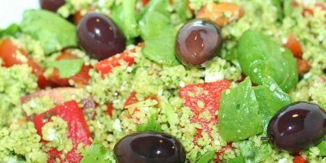 Spændende salatopskrift.  INGREDIENSER 200 g couscous 2 dl vand (kogende) 3 spsk olivenolie 4 spsk pesto efter eget valg 1 peberfrugt 10 forårsløg 75 g feta 2 håndfulde spinat 8 cherrytomater 3 spsk mandler 10 sorte oliven