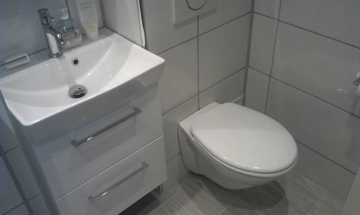 Totalrenovering av lite #bad på 3,3m2. Hvite fliser og #hvit baderomsinnredning.