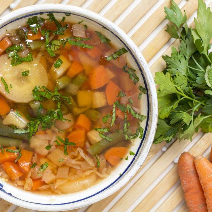 Recette de Mme Nicole Désy, mère de Valérie Paquin. «L'odeur de cette soupe aux légumes me rappelle ces après-midi privilégiés passés auprès de ma mère, où je devais couper les légumes comme elle me l'enseignait. Je prenais mon rôle très au sérieux!» Valérie Paquin