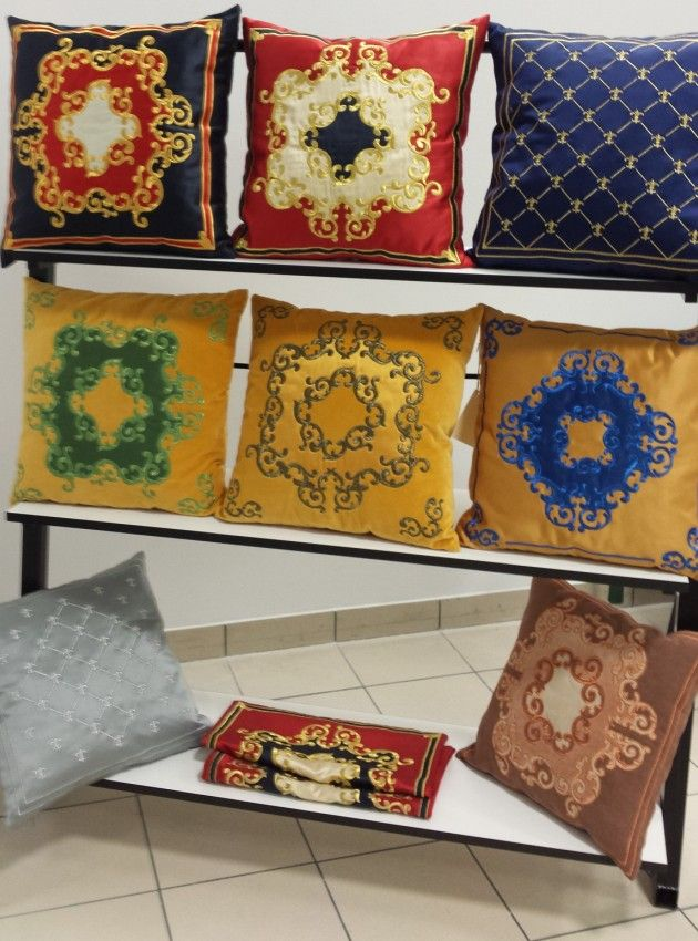 Poduszki dekoracyjne z haftami wykonane w Aha Studio
