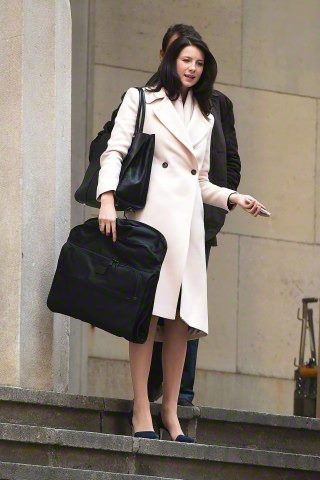 Here are some untagged pics of Caitriona Balfe on the set of Money Monster from their Facebook. More pics after the jump! –