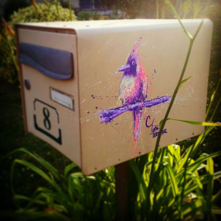 Street art, oiseau peint sur une boîte aux lettres. // À bird painting on a letter box by the artist Cynthia Dormeyer. France.
