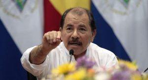El Presidente de Nicaragua, Daniel Ortega, se inscribió hoy ante el Poder Electoral como candidato a una nueva reelección en los comicios de noviembre, con la primicia de que su esposa, Rosario Murillo, aspirará a la Vicepresidencia. El mandatario nicaragüense, que hasta hoy no había revelado a su compañero de fórmula, acudió con Murillo […]