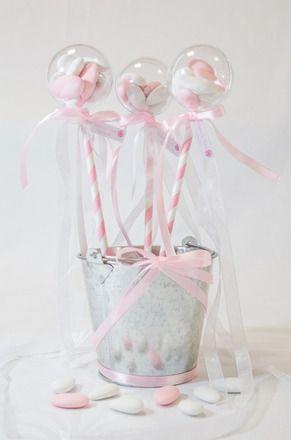Boule à dragées plexi, joliment décoré en forme de sucette  Chaque sucette est agrémentée de ruban satin et organza, ainsi que d'une étiquette personnalisable  diamètre - 19500456