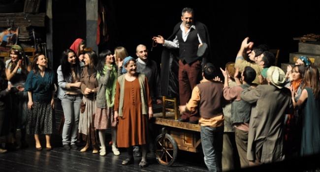 Keşanlı Ali Destanı - İlk kez 31 Mart 1964 tarihine Gülriz Sururi-Engin Cezzar tiyatrosunda sahnelenen oyun birçok tiyatro topluluğu tarafından defalarca sergilenmiş, Avrupa'nın birçok şehrinde, Amerika'dan Lübnan'a birçok ülkede oynanarak, Türk Tiyatro tarihinde bir fenomen haline gelmiş ve halen güncelliğini yitirmemiştir.