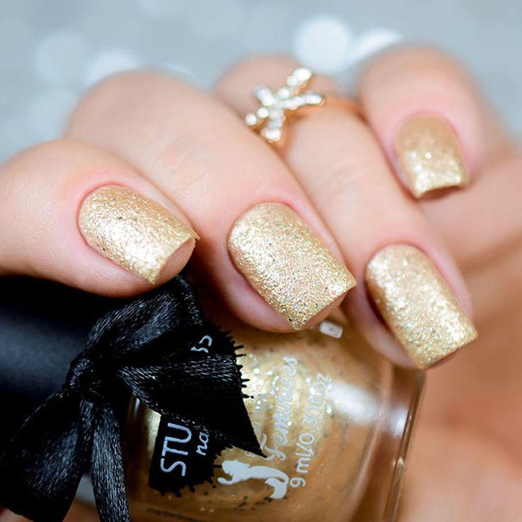 #belle, que é um esmalte texturizado com tom dourado e glitters prateados