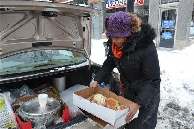 Mexicanos salen a las calles de Chicago para dar comida a indigentes | USA Hispanic Press