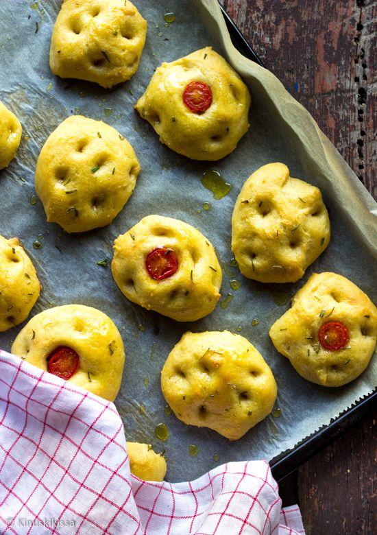 Focaccia-sämpylät Focaccia on herkuttelua parhaimmillaan: oliiviöljyä säästelemättä syntyy pehmoinen ja maukas italialaisleipä. Tätä voi verrata pullaan, joka ei tuoreena kaipaa edes mitään lisukkeita.