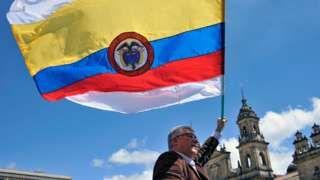 Image copyright                  AFP / Getty Images                  Image caption                                      La bandera de Colombia con dos franjas más, una arriba y una abajo, de color blanco, símbolo universal de la paz.                                El gobierno colombiano logró este miércoles, en tiempo récord, que el Poder Legislativo aproba