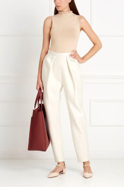 Однотонные светло-розовые брюки с посадкой на талии и длиной 7/8. Модель безупречного качества из коллекции знаменитого испанского бренда Delpozo – базовая вещь для любого повседневного или делового гардероба. Носим с блузками, жакетами или с уютными пуловерами.