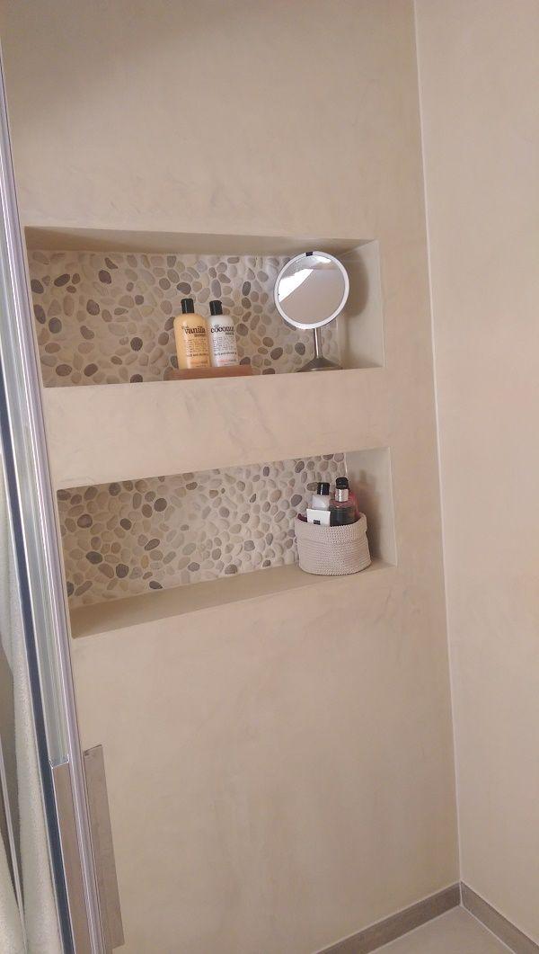 Landelijke badkamer met beton cire op de wanden en kiezels in de nissen. Gemaakt door Van Manen Badkamers te Barneveld